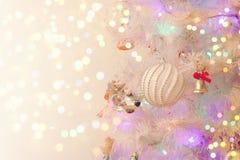 Fondo del día de fiesta del Año Nuevo con el árbol de navidad blanco Fotografía de archivo