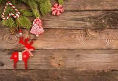 Fondo del día de fiesta del Año Nuevo de la Navidad con las galletas del pan de jengibre Imágenes de archivo libres de regalías