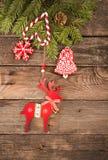 Fondo del día de fiesta del Año Nuevo de la Navidad con las galletas del pan de jengibre Fotos de archivo