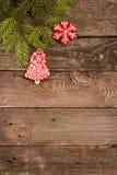 Fondo del día de fiesta del Año Nuevo de la Navidad con las galletas del pan de jengibre Imagen de archivo libre de regalías