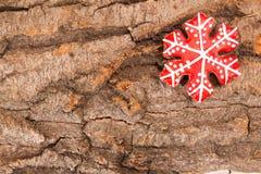 Fondo del día de fiesta del Año Nuevo de la Navidad Galleta roja del pan de jengibre encendido Foto de archivo