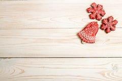 Fondo del día de fiesta del Año Nuevo de la Navidad Galletas rojas del pan de jengibre Foto de archivo libre de regalías
