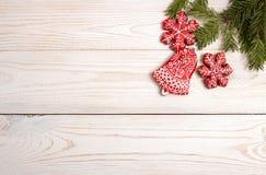 Fondo del día de fiesta del Año Nuevo de la Navidad Galletas rojas del pan de jengibre Fotografía de archivo libre de regalías