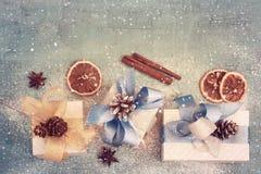 Fondo del día de fiesta del vintage con los regalos del ` s del Año Nuevo, teñidos Fotos de archivo