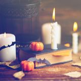 Fondo del día de fiesta de Halloween con la calabaza y el caramelo Visión desde arriba Foto de archivo