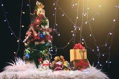 Fondo del día de fiesta de la Navidad con el árbol de navidad adornado, sant Fotografía de archivo