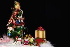 Fondo del día de fiesta de la Navidad con el árbol de navidad adornado, sant Imagen de archivo libre de regalías