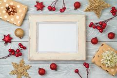 Fondo del día de fiesta de la Navidad con el marco, las decoraciones y o de la foto imagenes de archivo