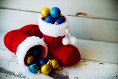 Fondo del día de fiesta de la Navidad con las botas y las decoraciones de Papá Noel Efecto retro del filtro Fotos de archivo libres de regalías