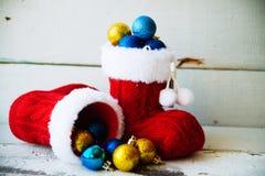 Fondo del día de fiesta de la Navidad con las botas y las decoraciones de Papá Noel Efecto retro del filtro Fotografía de archivo