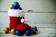 Fondo del día de fiesta de la Navidad con las botas y las decoraciones de Papá Noel Efecto retro del filtro Fotos de archivo