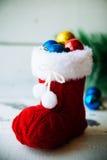 Fondo del día de fiesta de la Navidad con las botas y las decoraciones de Papá Noel Efecto retro del filtro Imagen de archivo libre de regalías