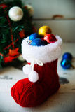 Fondo del día de fiesta de la Navidad con las botas y las decoraciones de Papá Noel Efecto retro del filtro Foto de archivo