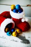 Fondo del día de fiesta de la Navidad con las botas y las decoraciones de Papá Noel r Fotografía de archivo