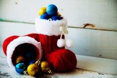 Fondo del día de fiesta de la Navidad con las botas y las decoraciones de Papá Noel r Foto de archivo