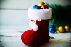 Fondo del día de fiesta de la Navidad con las botas y las decoraciones de Papá Noel r Imagen de archivo