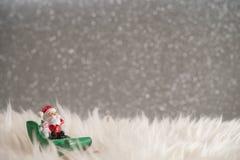 Fondo del día de fiesta de la Navidad con Papá Noel y las decoraciones Paisaje de la Navidad con los regalos y la nieve Feliz Nav Imágenes de archivo libres de regalías