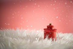 Fondo del día de fiesta de la Navidad con Papá Noel y las decoraciones Paisaje de la Navidad con los regalos y la nieve Feliz Nav Imagen de archivo libre de regalías