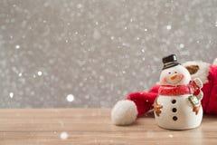 Fondo del día de fiesta de la Navidad con Papá Noel y las decoraciones Paisaje de la Navidad con los regalos y la nieve Feliz Nav Imagenes de archivo