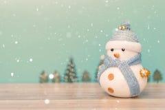Fondo del día de fiesta de la Navidad con Papá Noel y las decoraciones Paisaje de la Navidad con los regalos y la nieve Feliz Nav Imagen de archivo