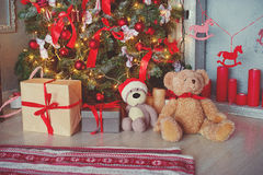 Fondo del día de fiesta Presentes, caja de regalo, debajo del árbol de navidad con el estilo colorido del vintage de los juguetes Foto de archivo libre de regalías