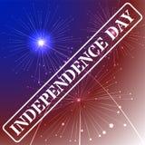 Fondo del Día de la Independencia con colores de la bandera americana y fuegos artificiales en el cielo oscuro el 4 de julio, eje Foto de archivo libre de regalías