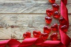 Fondo del día de tarjeta del día de San Valentín con la cinta del escarlata, corazón de cristal Imágenes de archivo libres de regalías
