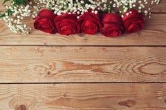 Fondo del día de tarjeta del día de San Valentín con las rosas rojas en la tabla de madera Visión desde arriba Fotografía de archivo