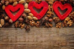 Fondo del día de tarjeta del día de San Valentín con los corazones y las nueces Fotografía de archivo