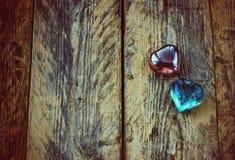 Fondo del día de tarjeta del día de San Valentín, dos corazones de cristal Fotografía de archivo