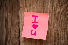 Fondo del día de tarjeta del día de San Valentín, te amo escrito en etiqueta engomada del color fotografía de archivo libre de regalías