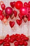 Fondo del día de tarjeta del día de San Valentín - balones de aire rojos sobre la pared de ladrillo foto de archivo libre de regalías