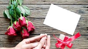 Fondo del día de tarjeta del día de San Valentín con las rosas rojas foto de archivo