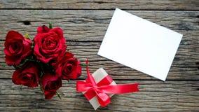 Fondo del día de tarjeta del día de San Valentín con las rosas rojas foto de archivo libre de regalías