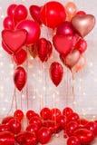 Fondo del día de tarjeta del día de San Valentín - globos rojos sobre la pared de ladrillo imagen de archivo libre de regalías