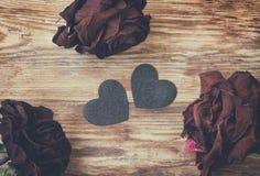 Fondo del día de tarjeta del día de San Valentín, rosas secas oscuras y corazón negro fotografía de archivo libre de regalías