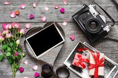 Fondo del día de tarjetas del día de San Valentín Cámara retra y marco en blanco de la foto en película en forma de corazón foto de archivo
