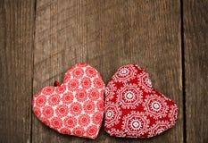 Fondo del día de tarjetas del día de San Valentín con dos corazones hechos a mano del juguete en de madera imágenes de archivo libres de regalías