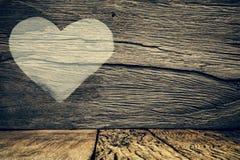Fondo del día de tarjetas del día de San Valentín con el corazón en fondo de madera del grunge Fotografía de archivo