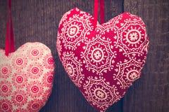 Fondo del día de tarjetas del día de San Valentín con el corazón hecho a mano del juguete en la parte posterior de madera fotos de archivo