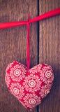 Fondo del día de tarjetas del día de San Valentín con el corazón hecho a mano del juguete en la parte posterior de madera fotografía de archivo