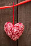 Fondo del día de tarjetas del día de San Valentín con el corazón hecho a mano del juguete en la parte posterior de madera imagenes de archivo