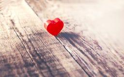 Fondo del día de tarjetas del día de San Valentín con el corazón rojo en los wi viejos del tablero de madera Imágenes de archivo libres de regalías
