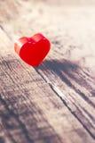 Fondo del día de tarjetas del día de San Valentín con el corazón rojo en los wi viejos del tablero de madera Fotos de archivo
