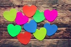 Fondo del día de tarjetas del día de San Valentín con las etiquetas engomadas coloreadas Fotos de archivo libres de regalías