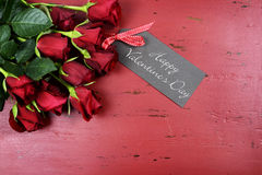 Fondo del día de tarjetas del día de San Valentín con las rosas rojas con la tarjeta de felicitación Fotografía de archivo