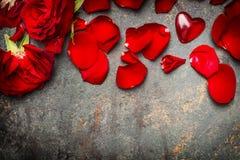 Fondo del día de tarjetas del día de San Valentín con las rosas rojas, los pétalos y el corazón, visión superior Fotos de archivo libres de regalías