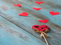 Fondo del día de tarjetas del día de San Valentín con los corazones en la tabla de madera vieja, vista lateral foto de archivo libre de regalías