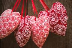 Fondo del día de tarjetas del día de San Valentín con los corazones hechos a mano del juguete imagen de archivo libre de regalías