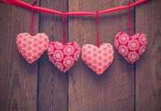 Fondo del día de tarjetas del día de San Valentín con los corazones hechos a mano del juguete en el CCB de madera imagenes de archivo